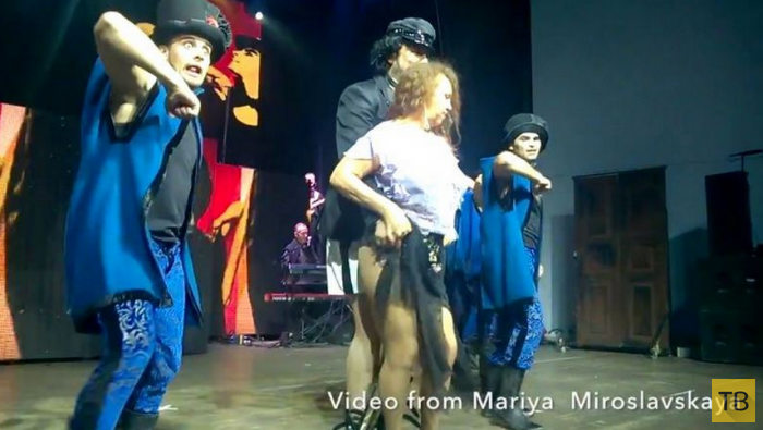 Киркоров во время концерта раздел поклонницу до нижнего белья (5 фото)