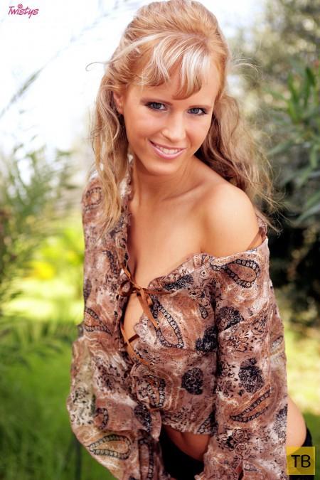 Блондинка с большой натуральной грудью (15 фото)