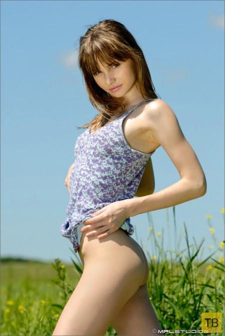 Миленькая девушка среди трав (14 фото)