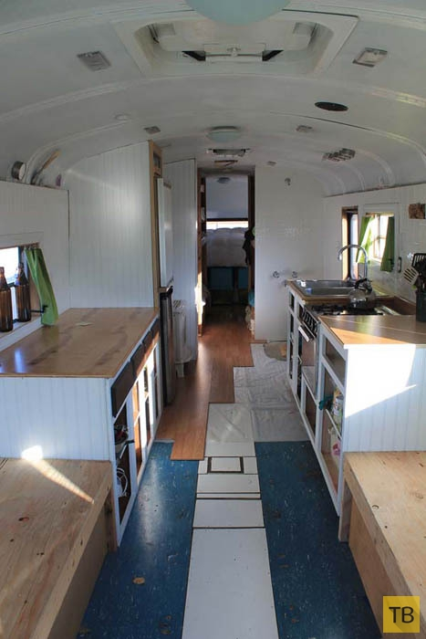 Семья с 4 детьми превратила школьный автобус в невероятный дом на колесах (11 фото)