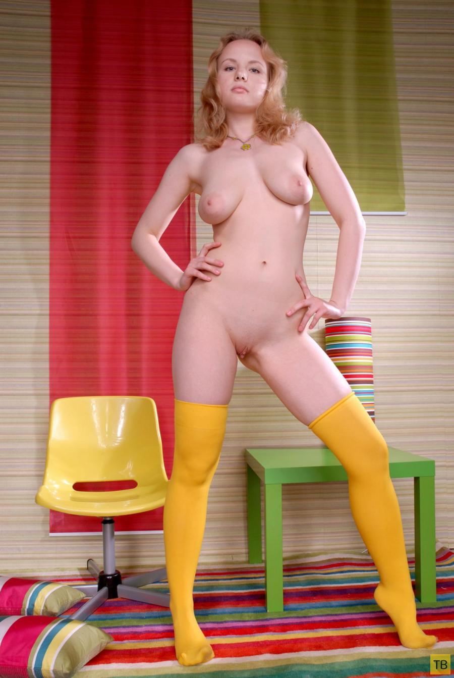Скромная блондинка в желтеньких чулочках (16 фото)