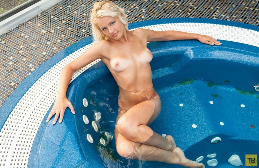 Красивая блондинка в бассейне (15 фото)