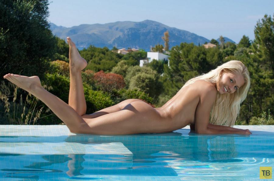 Красавица-блондинка в розовом бикини (14 фото)