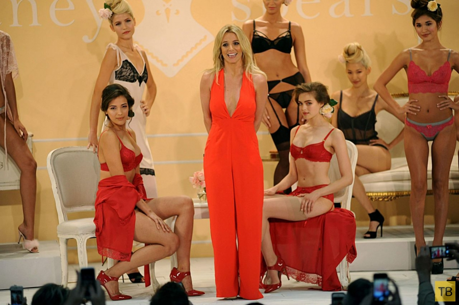 Бритни Спирс на презентации линии нижнего белья 'The Intimate Britney Spears' в Нью-Йорке (7 фото)