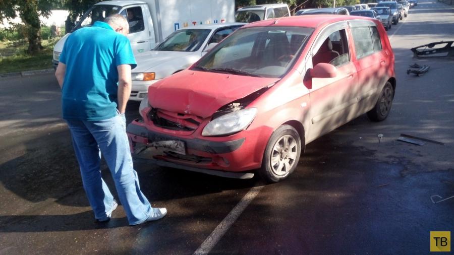 """Водитель """"Nissan Sunny"""" выехал на красный свет и спровоцировал столкновение с тремя машинами... ДТП на пересечении улиц Копылова-Киренского, г. Красноярск"""