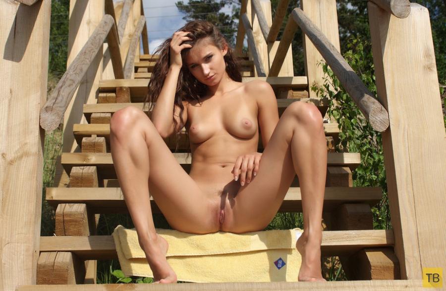 Длинноволосая красавица на мосту (14 фото)
