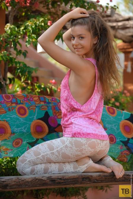 Длинноволосая девушка с красивой фигурой (22 фото)