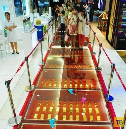 В китайском торговом центре пол выложили слитками чистого золота (6 фото)