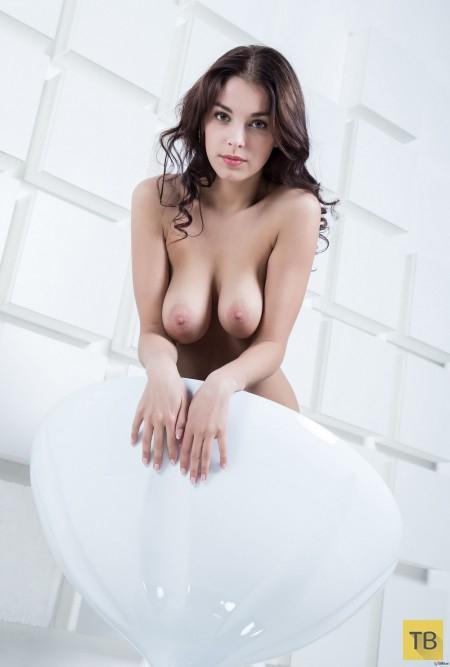 Стройная брюнетка с красивой грудью (16 фото)