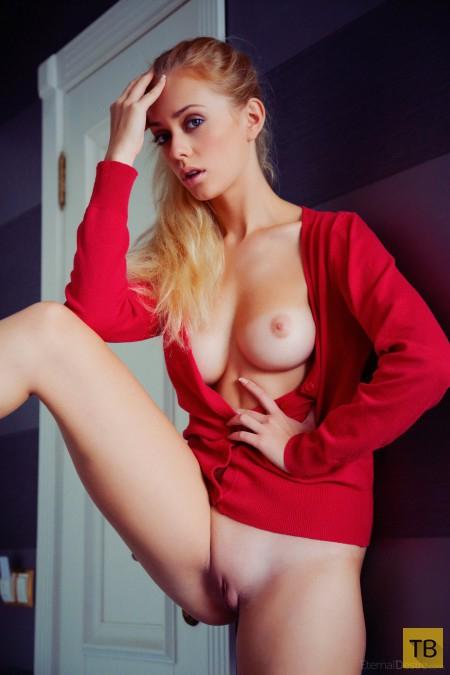 Симпатичная блондинка с изящной фигуркой (23 фото)