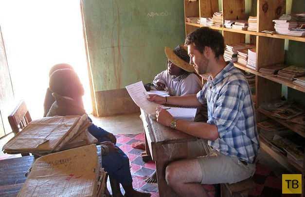 Студент привез из Африки в своей ноге десятки живых нелегалов (5 фото)