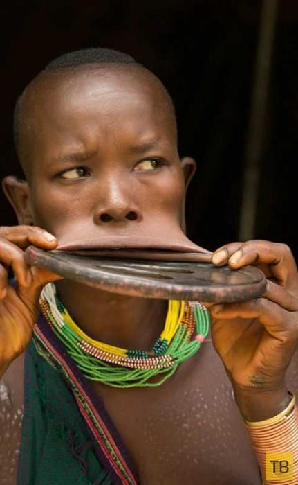 Съемочная группа обнаружила девушку с самым большим губным диском в мире (9 фото)
