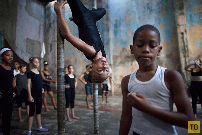 Кубинские детишки осваивают престижную профессию циркача (14 фото)