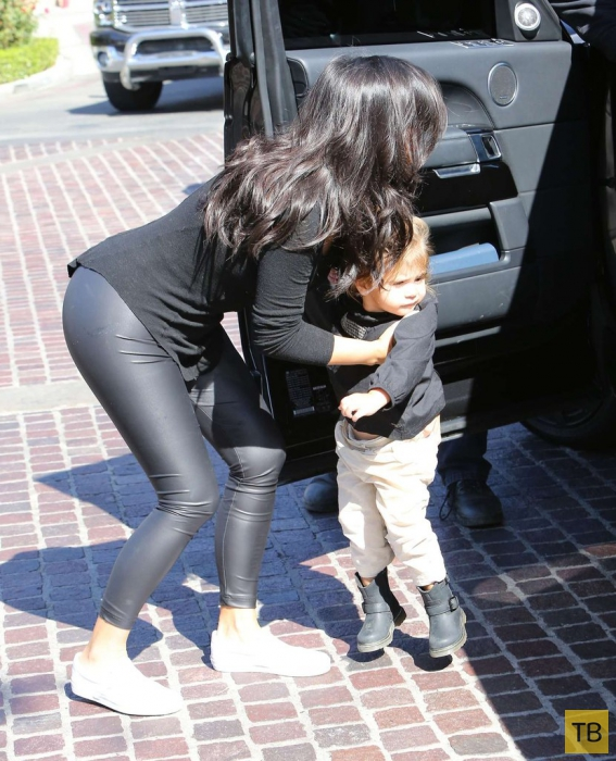 Ким Кардашян на прогулке с детьми (9 фото)