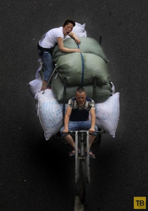 Трехколесные велосипеды и мопеды - основной вид транспорта в китайских торговых районах (12 фото)