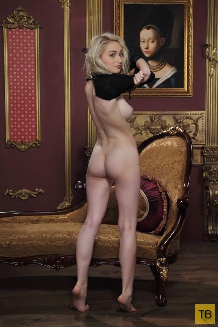 Кареглазая блондинка с изящной фигуркой (17 фото)