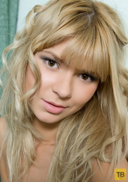 Худенькая блондинка с соблазнительными сисями (20 фото)