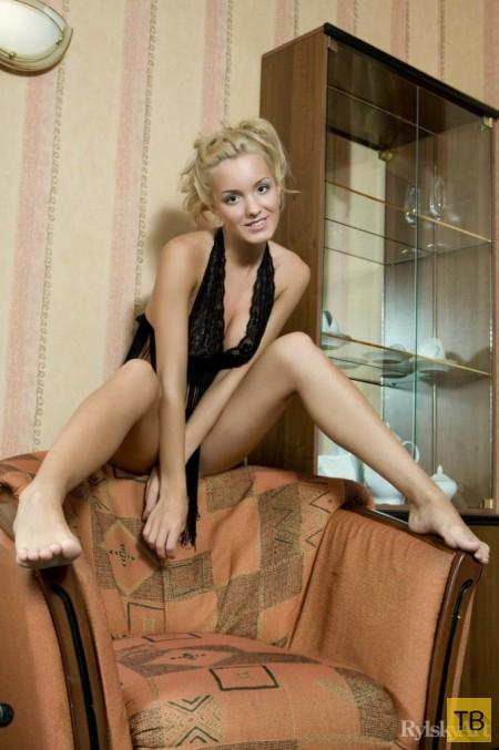 Миленькая черноглазая блондинка (17 фото)
