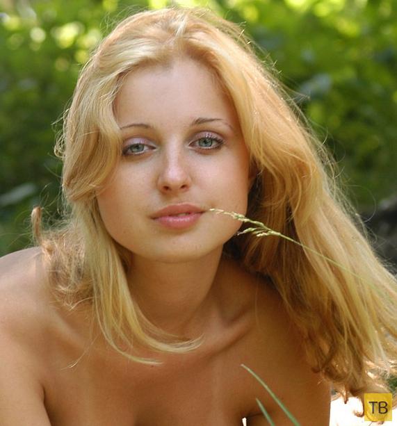 Блондинка с супер сисечками (25 фото)