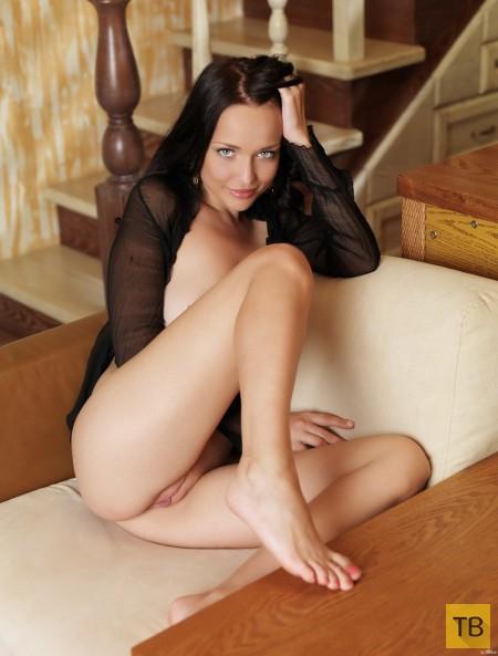 Милашка-брюнетка с красивой фигурой (22 фото)