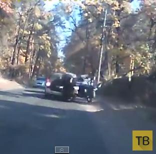Дедушка на мотоцикле не соблюдал дистанцию и влетел в автомобиль...