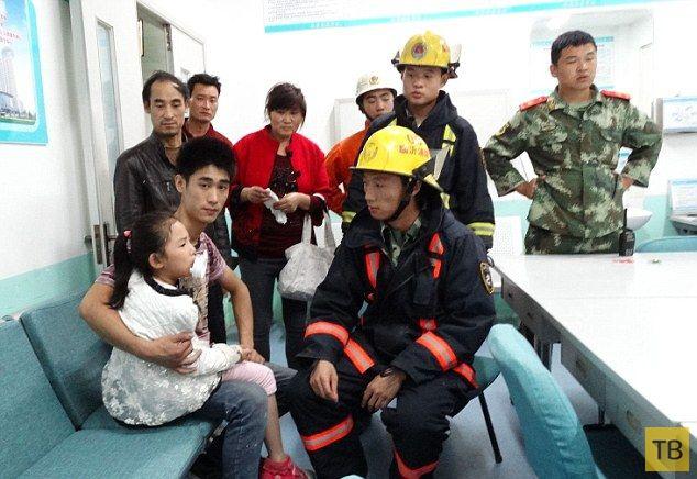 Китайская поилка захватила девочку (6 фото)