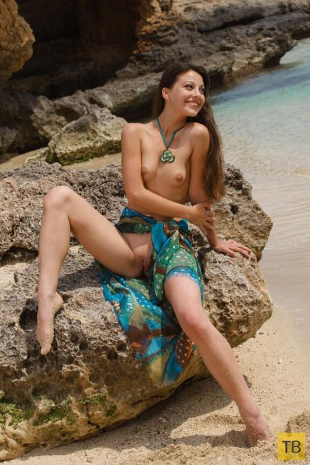 Красавица на берегу морского залива (20 фото)