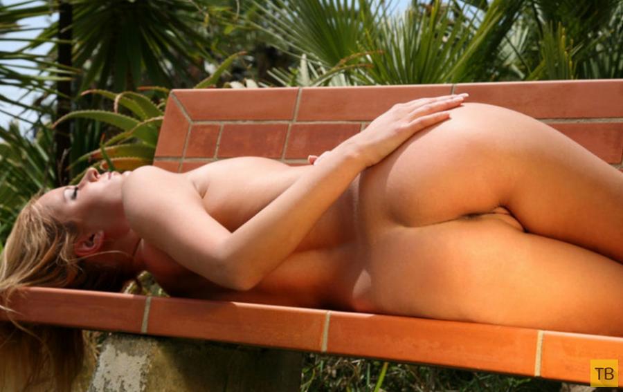Милая блондиночка с шикарной грудью (13 фото)