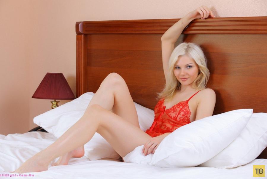 Милая блондинка в красном (17 фото)