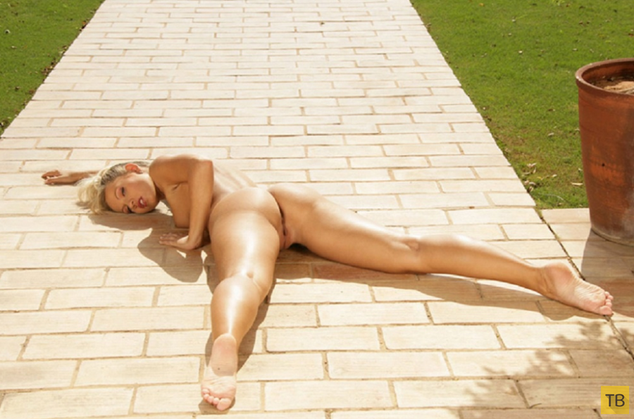 Миленькая блондинка на солнцепеке (17 фото)