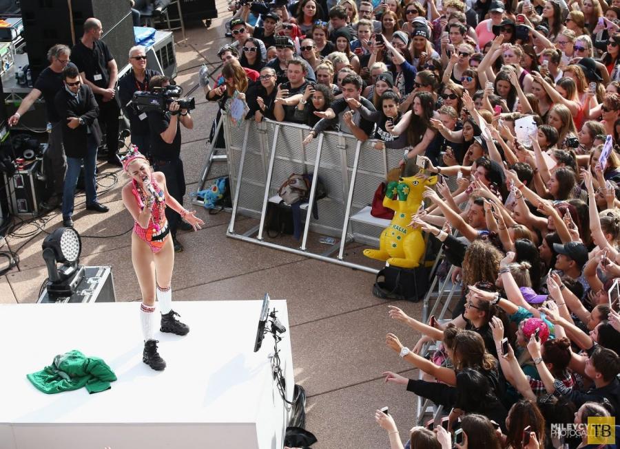 Майли Сайрус выступает на Sunrise Morning TV в Сиднейском оперном театре (11 фото)