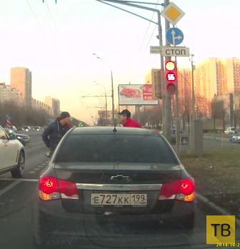 """Вооруженный ножом и пистолетом водитель """"ДЭУ-Шеви"""" оказался жидким на расправу... Разборки на дороге в г. Москва"""