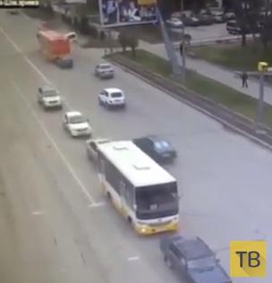 Лобовое столкновение с автобусом... ДТП на перекрестке в г. Семипалатинск