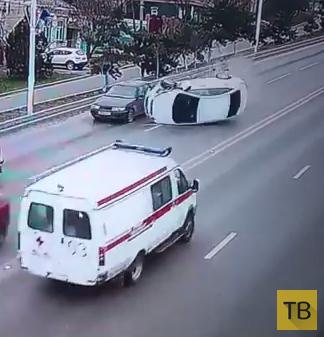 """Водитель """"Hyundai Solaris"""" не справился с управлением, врезался в """"ВАЗ-2112"""" и перевернулся... ДТП на ул. Герцена, г. Новочеркасск"""